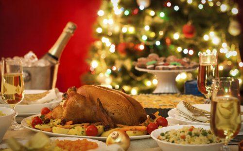 mesa de ceia com peru espumante e decoração natalina